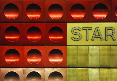 circled: Roja y de la textura de un c�rculo de metal dorado con la estrella de la palabra.