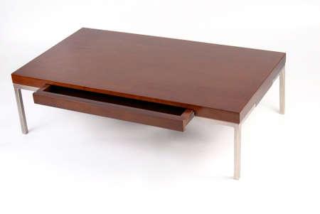Table basse en bois et métal avec un tiroir ouvert. Isolé sur fond blanc