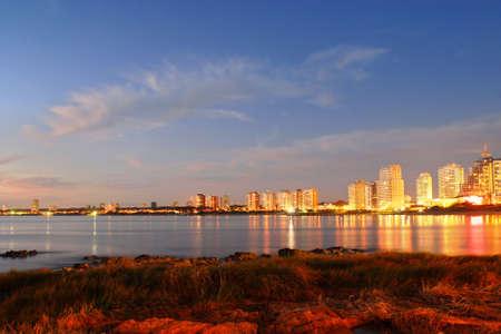 investment real state: Oro puesta de sol en la ciudad de playa de Punta del Este. Uruguay.