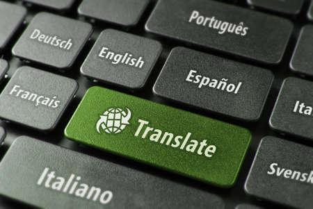 多言語翻訳オンライン概念。多言語キーボードのクローズ アップと clippingpath と緑の色で word キーを翻訳します。