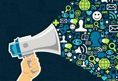 interaccion social: Mano que sostiene un megáfono lanzando iconos de los medios de comunicación social, sobre fondo azul