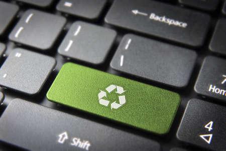 desarrollo sustentable: Ir tecla verde con el icono de turbinas eólicas en el teclado de la computadora portátil. Incluido, por lo que fácilmente se puede editar.