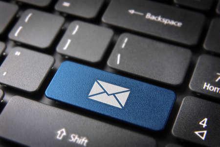 E-Mail-Marketing-Kampagne Schlüssel mit Briefumschlag-Symbol auf Laptop-Tastatur. Inklusive Beschneidungspfad, so können Sie ganz einfach bearbeiten. Standard-Bild