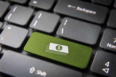 pieniądze: Zarabiać pieniądze z Internetu zielonego klawisza z banknotów dolarowych ikon na klawiaturze laptopa Zdjęcie Seryjne