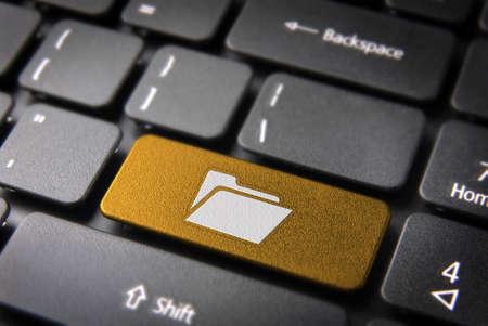 ノート パソコンのキーボード上のフォルダー アイコンとソフトウェア ・ キー。クリッピング パス、それを簡単に編集できるように含まれています