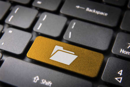 Software sleutel met folder icon op een laptop toetsenbord. Inbegrepen clipping path, zodat u gemakkelijk kunt bewerken. Stockfoto