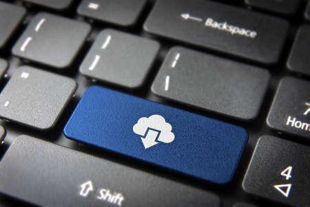 技術コンセプトの背景: クラウドコンピューティングのノート パソコンのキーボードのダウンロード アイコンの青のキー。簡単に編集することがで