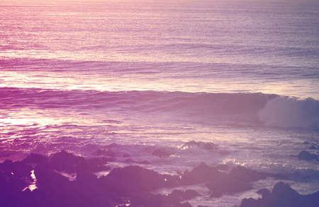 Vendimia verano retro surf shorebreak al amanecer. Chill out momento fotografía de concepto.
