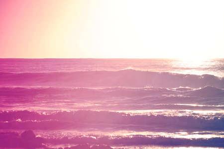 流行に敏感な色は、ショアブレイク ビーチでの夏の時間をサーフィン。コンセプトの背景チルアウトします。
