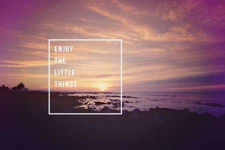 Genießen Sie die kleinen Dinge, motivierend inspirierend Zitat-Konzept mit weichem Licht Sonnenuntergang Landschaft Hintergrund ideal für Druckkarte und Plakatgestaltung.