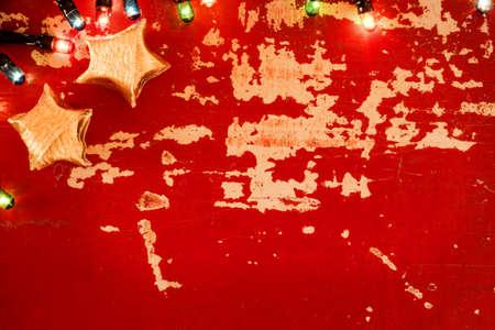 adornos navidad: Casa de la plantilla de fondo concepto vac�o, textura de madera grunge de la vendimia con las luces de Navidad y la decoraci�n. Foto de archivo