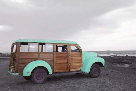 Gehen Sie auf ein Abenteuer Sommer bunte Hipster van monochrom Strandlandschaft. Standard-Bild