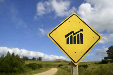 incremento: Camino al éxito, el concepto de crecimiento de los beneficios de negocio. La señal de tráfico con positivo icono de la carta del gráfico en el medio rural, incluye espacio de la copia. Foto de archivo