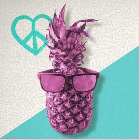 simbolo paz: el concepto de verano feliz, diversión fruta de piña con gafas de sol retro inconformista en el fondo colorido con el amor y el símbolo de la paz.