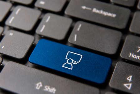 Botón de teclado de chat de redes sociales para el concepto de conversación en vivo. Icono de hombre con llave de burbuja parlante en color azul.