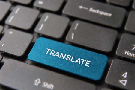 Concept de traduction multilingue: bouton d'ordinateur bleu libre avec traduire le texte sur le clavier