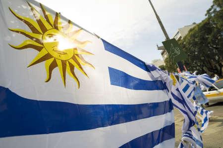 Drapeau uruguayen à Montevideo city street market background. Emblème national du pays de l'Uruguay. Banque d'images