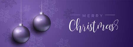 Banner di buon Natale con ornamenti di palline di Natale viola e decorazioni con fiocchi di neve. Sfondo di palle di vacanza di lusso per invito o saluto di stagioni.
