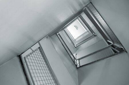 salida de emergencia: salida de emergencia de la escalera de espiral de un edificio comercial  Foto de archivo