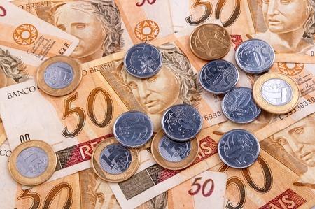 economia: billetes y monedas del dinero brasile�o Foto de archivo