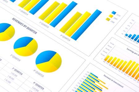 Financiële analyse met grafieken van de voortgang in het bedrijfsleven Stockfoto