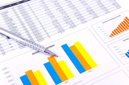 Financiële analyse met grafieken en gegevens van industriële groei. Stockfoto