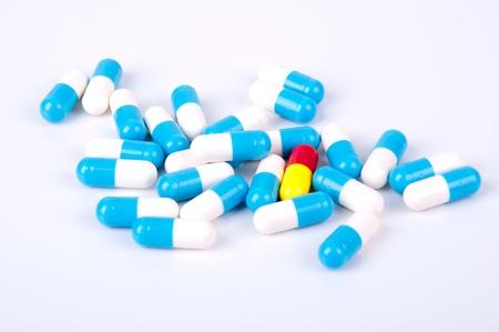 geneeskunde capsules blauw en wit op witte achtergrond