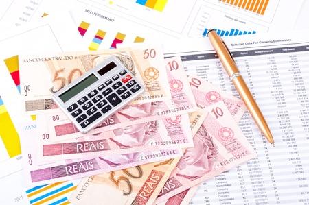 Financiële analyse met de grafiek en de gegevens van de industriële groei Braziliaanse geld, pen en rekenmachine Stockfoto