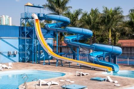 glijbaan in waterpark en het zwembad in een tropisch klimaat