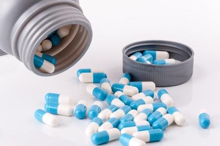 medicament: envase abierto con medicamento en forma de tableta