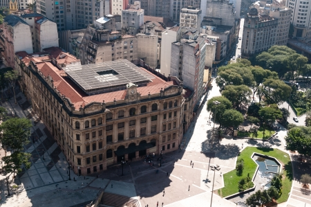 Luchtfoto van de stad Sao Paulo. Detail Anhangabaú Valley en postkantoor. Stockfoto - 14932552
