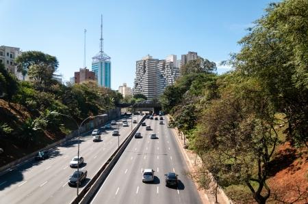 Verkeer op de Avenida 23 de Maio, Sao Paulo stad