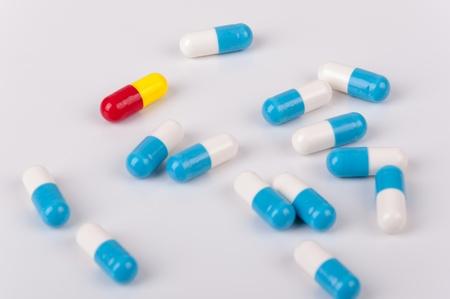 medicament: Las c?psulas de medicamento en el fondo blanco Foto de archivo