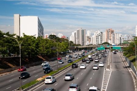 Verkeer op de Avenida 23 de Maio, Sao Paulo Brazilië
