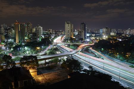 La ciudad de Sao Paulo en la noche, Brazil.Avenue cerca del Parque Ibirapuera Foto de archivo - 41702940