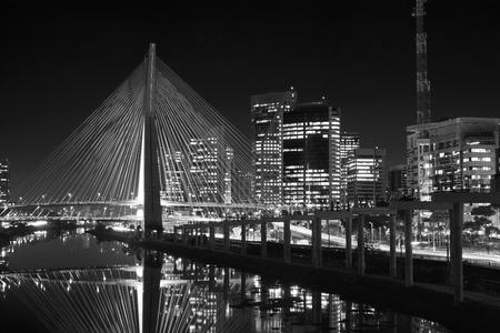 Estaiada Puente de Sao Paulo Brasil Noche Foto de archivo - 65869747