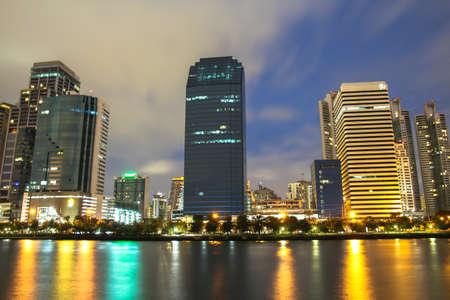 背景の青空とバンコクの街並み
