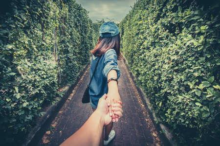 manos entrelazadas: Holding mano mano, Punto de vista. Foto de archivo