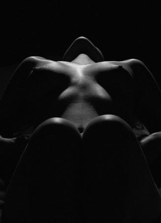 desnudo artistico: Ley mujer desnuda cuerpo sexy Foto de la bella arte del cuerpo femenino desnudo sensual hermosa chica Fotografía artística en blanco y negro