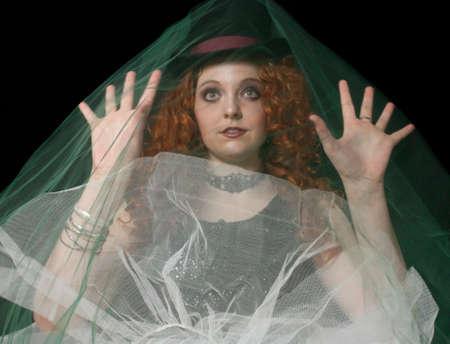 steampunk goggles: Joven mujer con sombrero de copa y un velo verde Foto de archivo