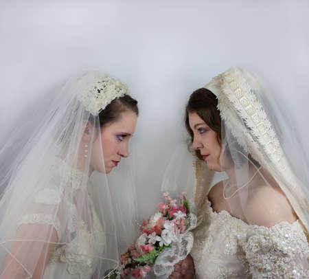 schittering: Twee Bruiden verblinding bij elkaar Stockfoto