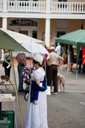 vestidos de epoca: Warrenton, Virginia, EE.UU.-10 de mayo 2014 Se�ora con trajes de �poca que participan en la guerra de 1812 Conmemoraci�n en Warrenton, Virginia