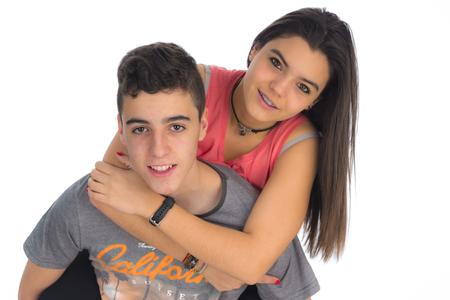 chicas adolescentes: chica adolescente subida a la parte trasera de un joven adolescente