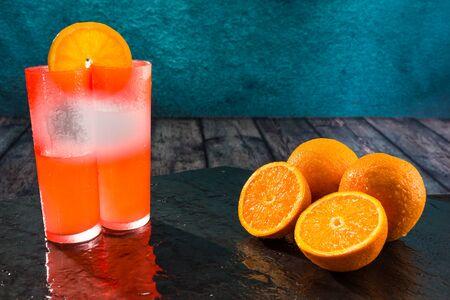 appetising: Oranges, citrus fruits, cut into halves, with orange juice