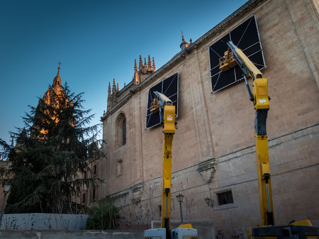 Cover windows of the cathedral of Salamanca to create in the interior a night effect Stockfoto