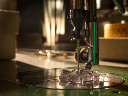 Detail van de naald van een naaimachine. Naaiatelier.