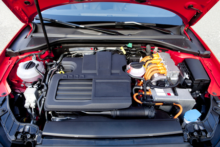 injection valve: Frontal view of the two engines of a modern hybrid car