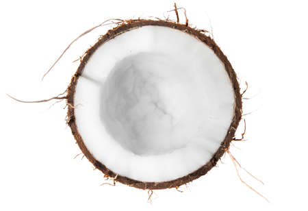 De helft van de kokosnoot bovenaanzicht op een witte achtergrond