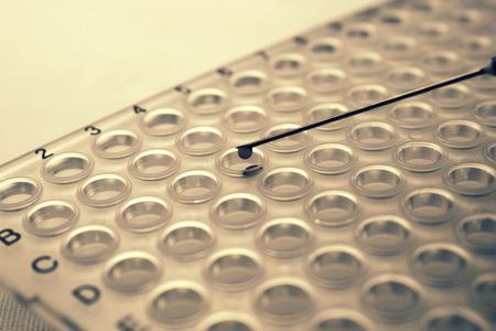 HIV  탄저병 연구 주사기 바늘과 혈액 방울이있는 PCR 플레이트 스톡 콘텐츠