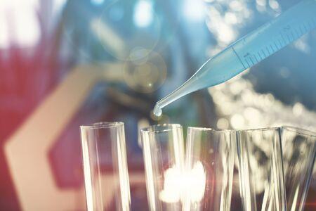 Pipet met vloeistof en reageerbuisjes voor kanker immunotherapie onderzoek kankeronderzoek en gentherapie Stockfoto